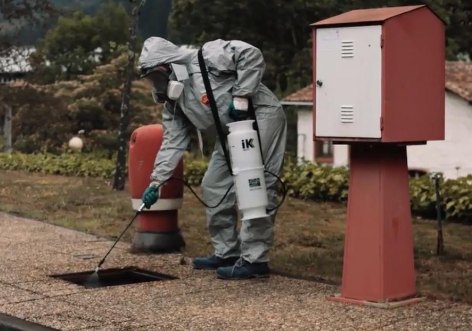 Sử dụng bình phun thuốc IK Inox 6 phun diệt muỗi và côn trùng
