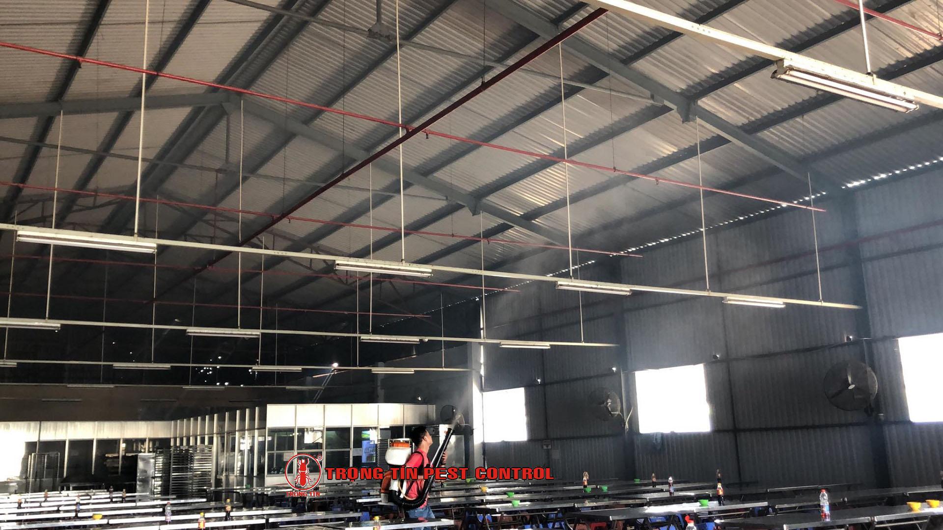 Phun sương lên trần nhà xưởng diệt nhện và các loại côn trùng - Trọng Tín
